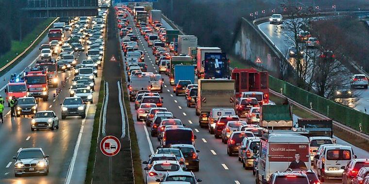 Geld liegt auf der Straße – Polizei sperrt Autobahn