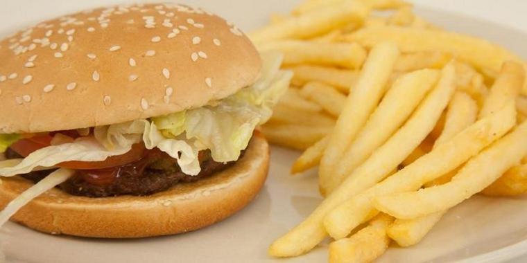 Warum Schlafmangel Heißhunger auf Junk-Food macht