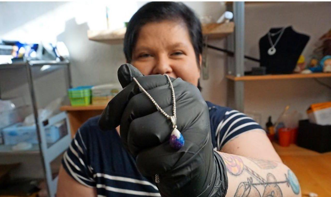 Diese Frau designt Schmuck aus Muttermilch