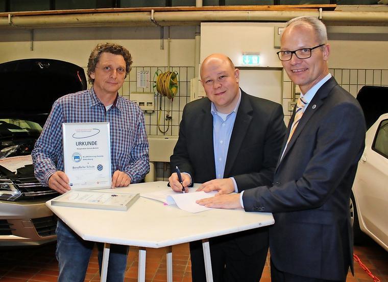 Unterzeichnung der Kooperationsvereinbarung zwischen der Beruflichen Schule des Kreises Ostholstein in Oldenburg und der Kraftfahrzeug-Innung Old