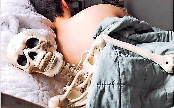 So parodiert dieses Skelett Insta-Posen