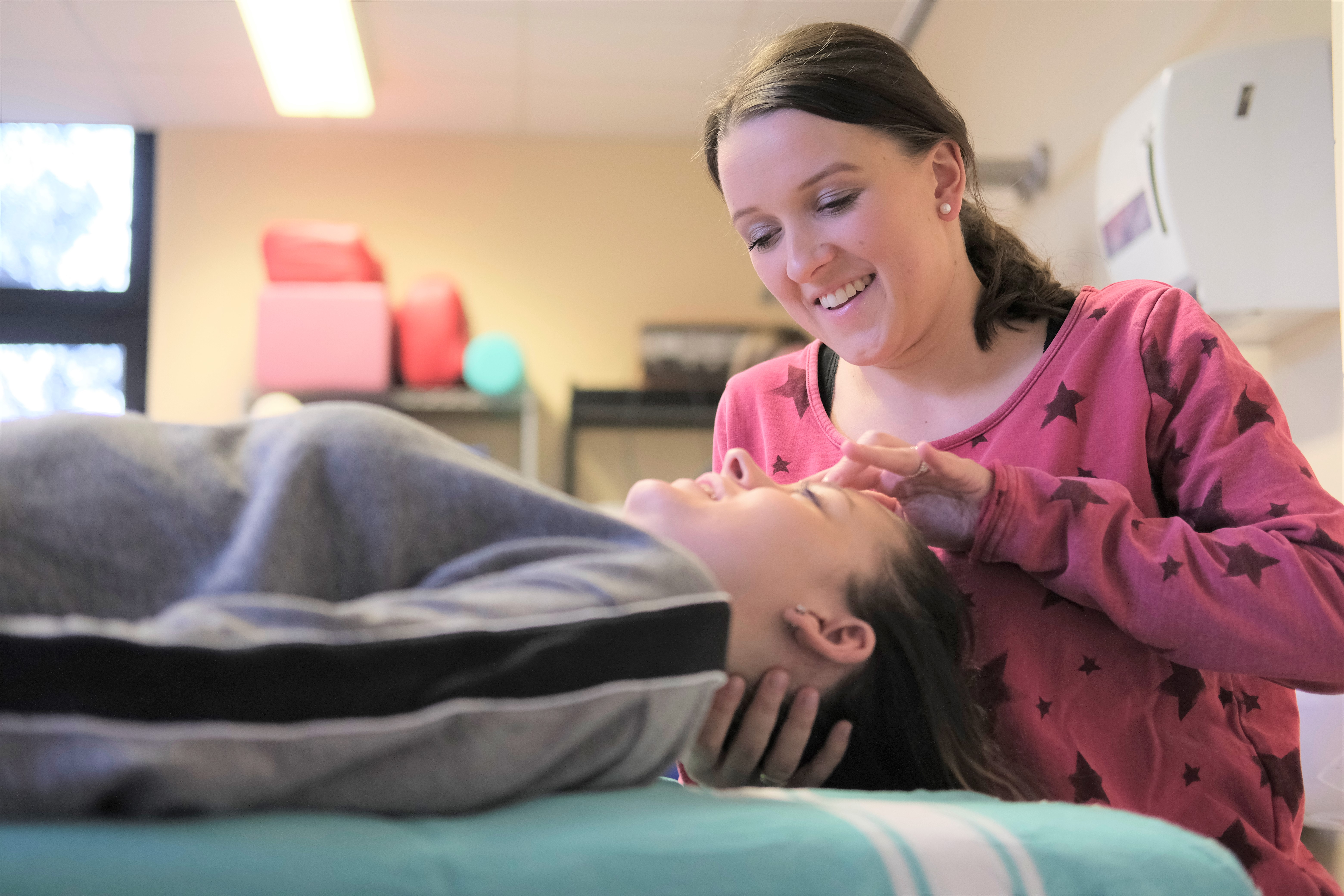 Mit Spaß dabei: Im Unterricht lernen die Physio-Schüler an der Bernd-Blindow-Schule praxisnah die Handgriffe, die sie später im Beruf einmal anwenden. Foto: tro