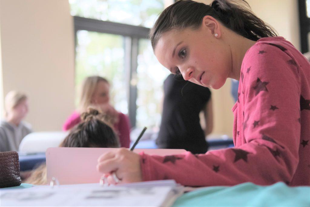 Die Physiotherapie-Auszubildenden lernen Theorie und Praxis.