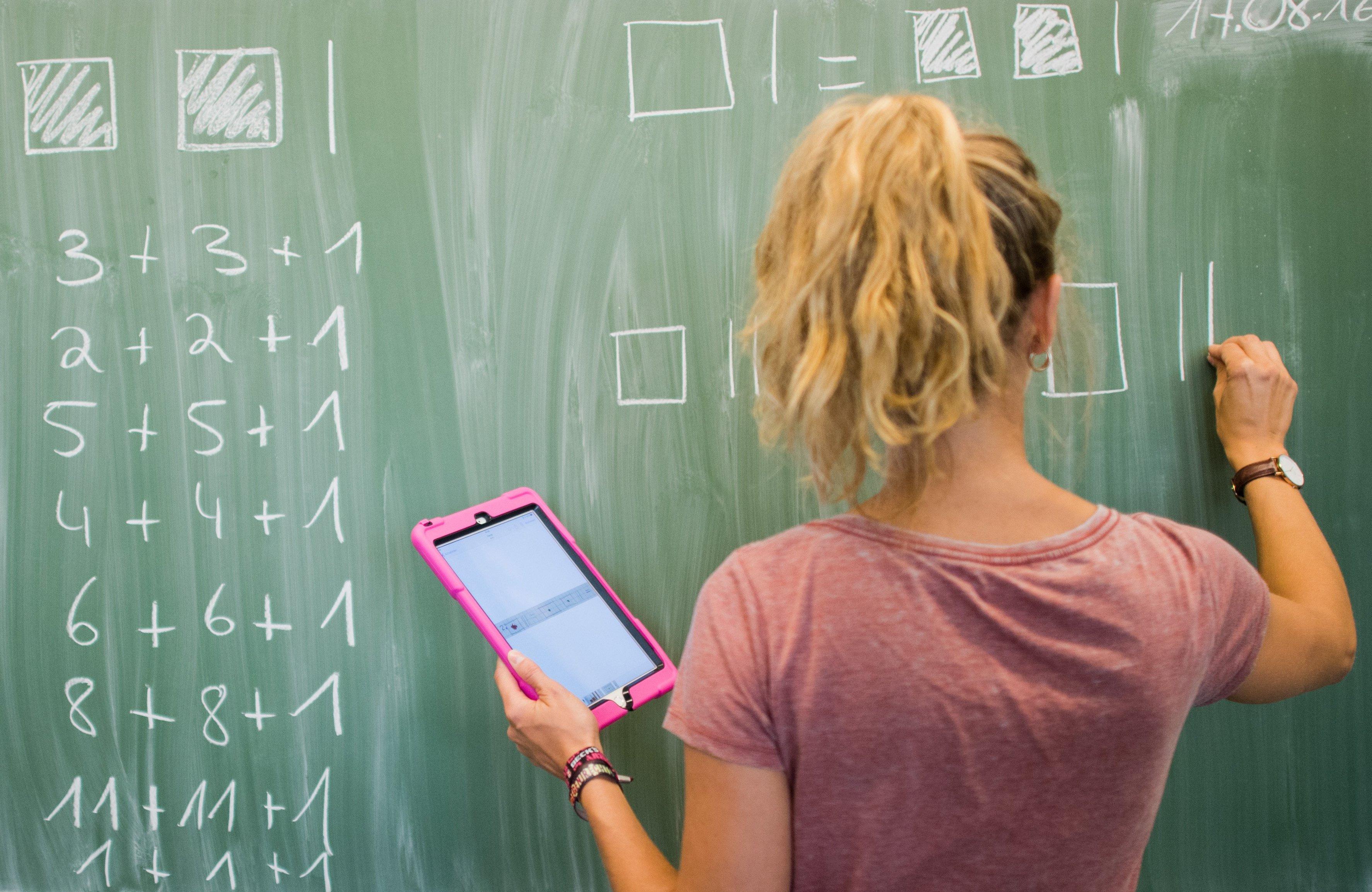 Auch Lehrer nutzen Tablet-Computer im Unterricht. Foto: Julian Stratenschulte/dpa
