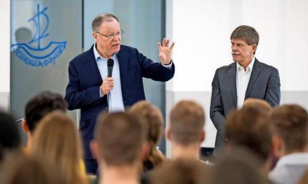 Ministerpräsident Weil diskutiert mit Abiturienten über Politik