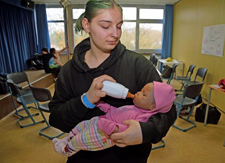 Beim Füttern mit dem Fläschchen achtet Sina darauf, dass das Köpfchen des Baby-Simulators gut abgestützt ist und alle Sensoren miteinander ve