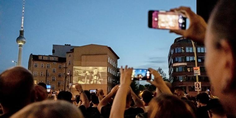 Rammstein stellt neue Single vor – Spektakuläre Aktion lockt 1000 Fans auf den Alexanderplatz
