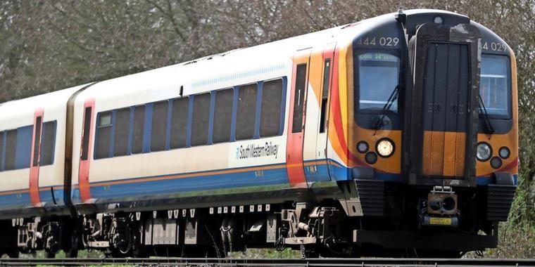 Lokführer schaut während der Fahrt Pornos – und alle Zugreisenden hören mit