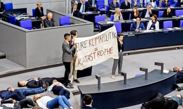 Fridays For Future: Aktivisten stellen sich während Schäuble-Rede tot