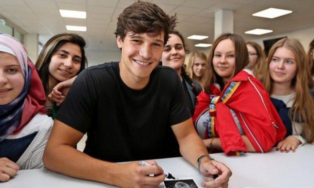 Wincent Weiss besucht seine alte Schule in Eutin