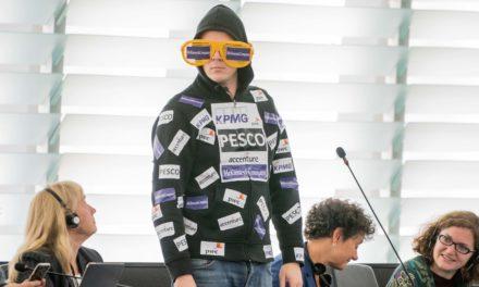 EU-Abgeordneter Nico Semsrott macht sich über von der Leyen lustig
