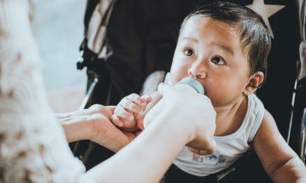 Politiker füttert Baby im Parlament – und wird dafür gefeiert