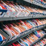 1500 Paare: Frau kauft Schuhgeschäft leer und schenkt sie armen Kindern