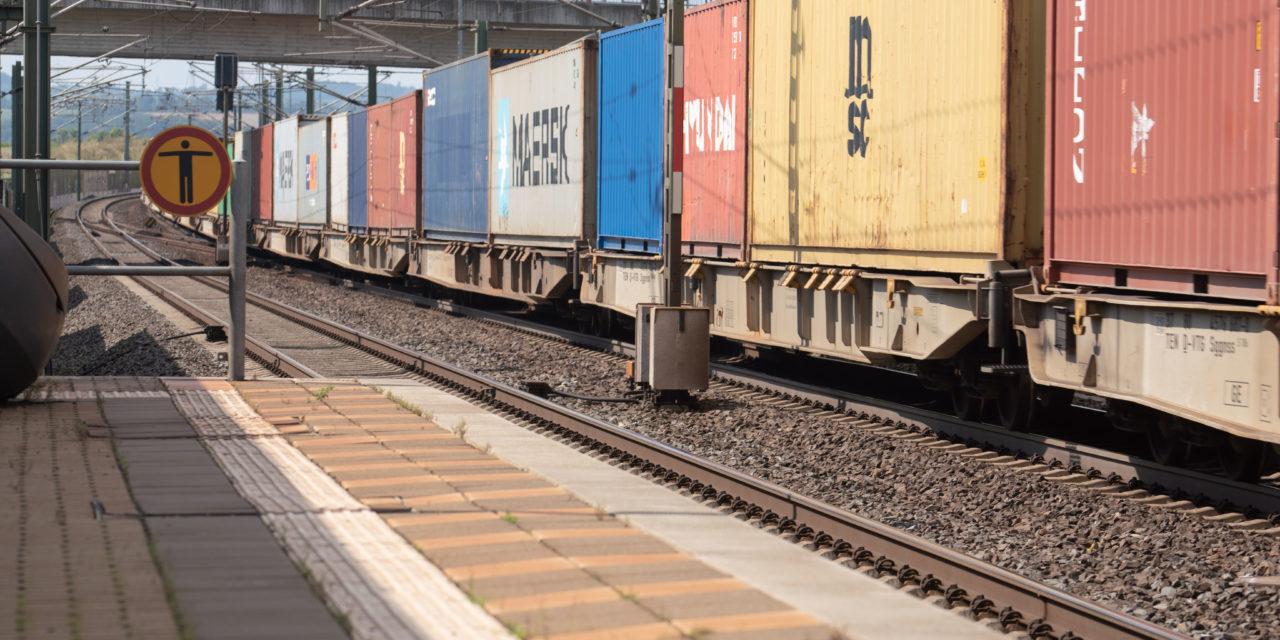33-Jähriger geht auf Mann los und schubst Helferin (17) auf Gleise