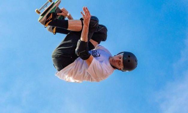 Kleiner Skater ohne Beine begeistert Tony Hawk