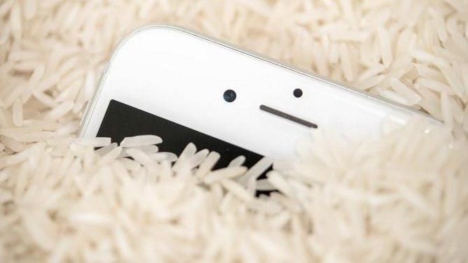 Wenn Smartphones und Notebooks nass werden: So leistet ihr erste Hilfe