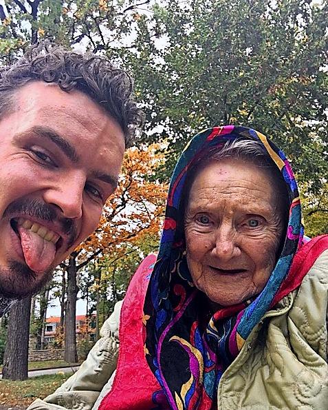 So lustig hält @sonntags_bei_oma seine Besuche bei Oma auf Instagram fest