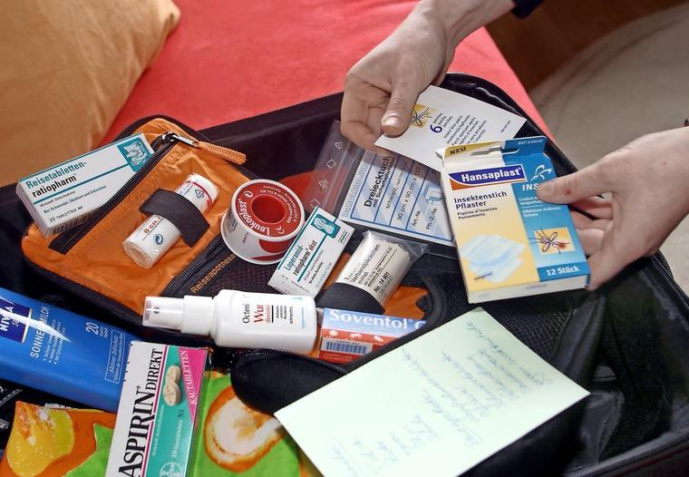 In eine Haus- oder Reiseapotheke gehören die wichtigsten Hilfsmittel für die erste Wundversorgung. Tipps und fertige Sets gibt es in Apotheken und Drogeriemärkten.