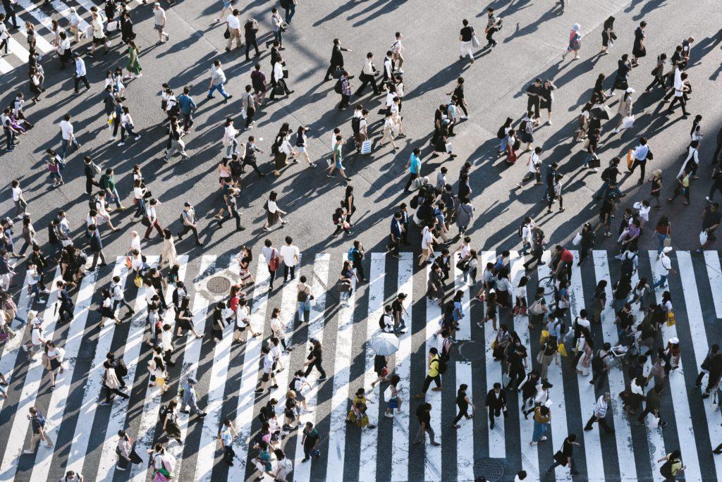 Verschiedene Menschen auf Straßenkreuzung